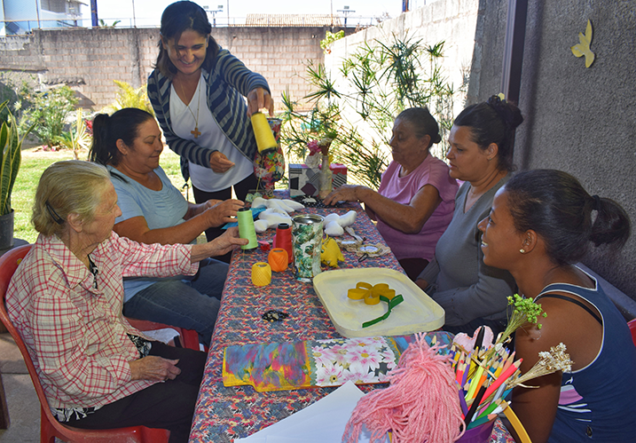 mulheres realizam oficina de artesanato